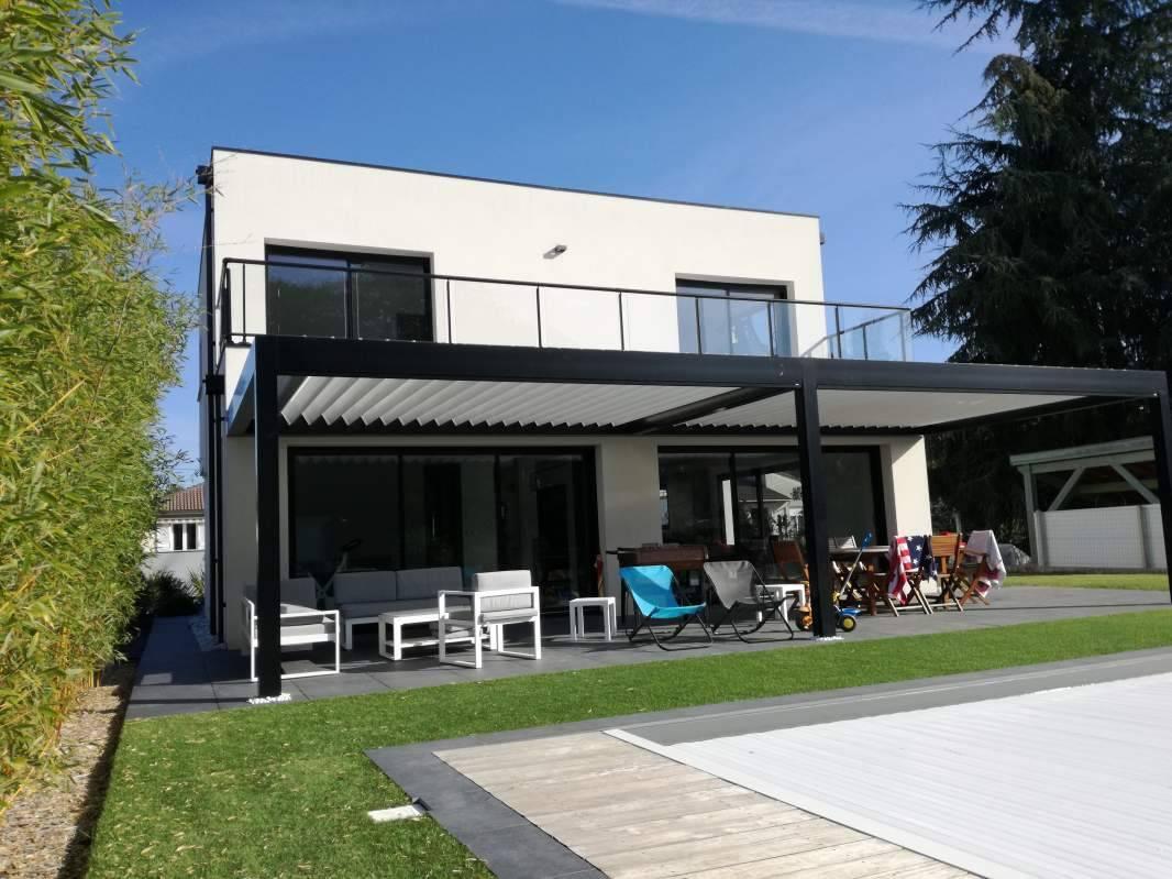 pergola bioclimatique sur maison contemporaine en gironde fabricant et installateur de pergola. Black Bedroom Furniture Sets. Home Design Ideas